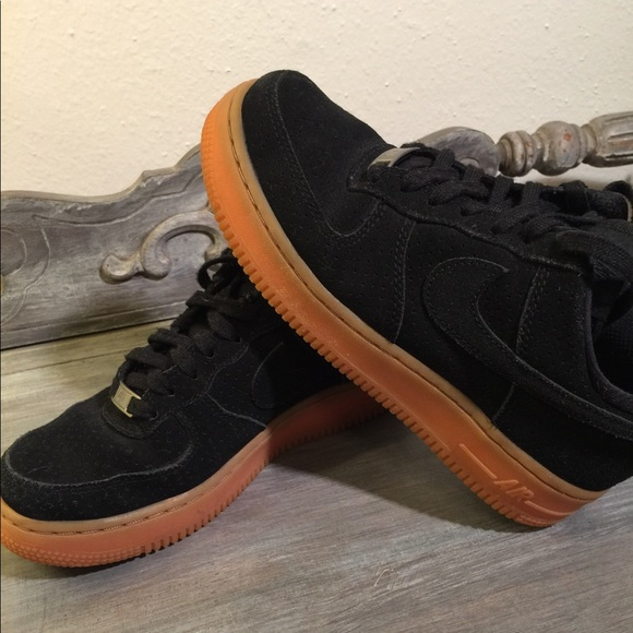 premium selection 938e0 affb6 Nike Air Force Ones Black gum sole 6. M 5a669f788290af60c46cf4dc